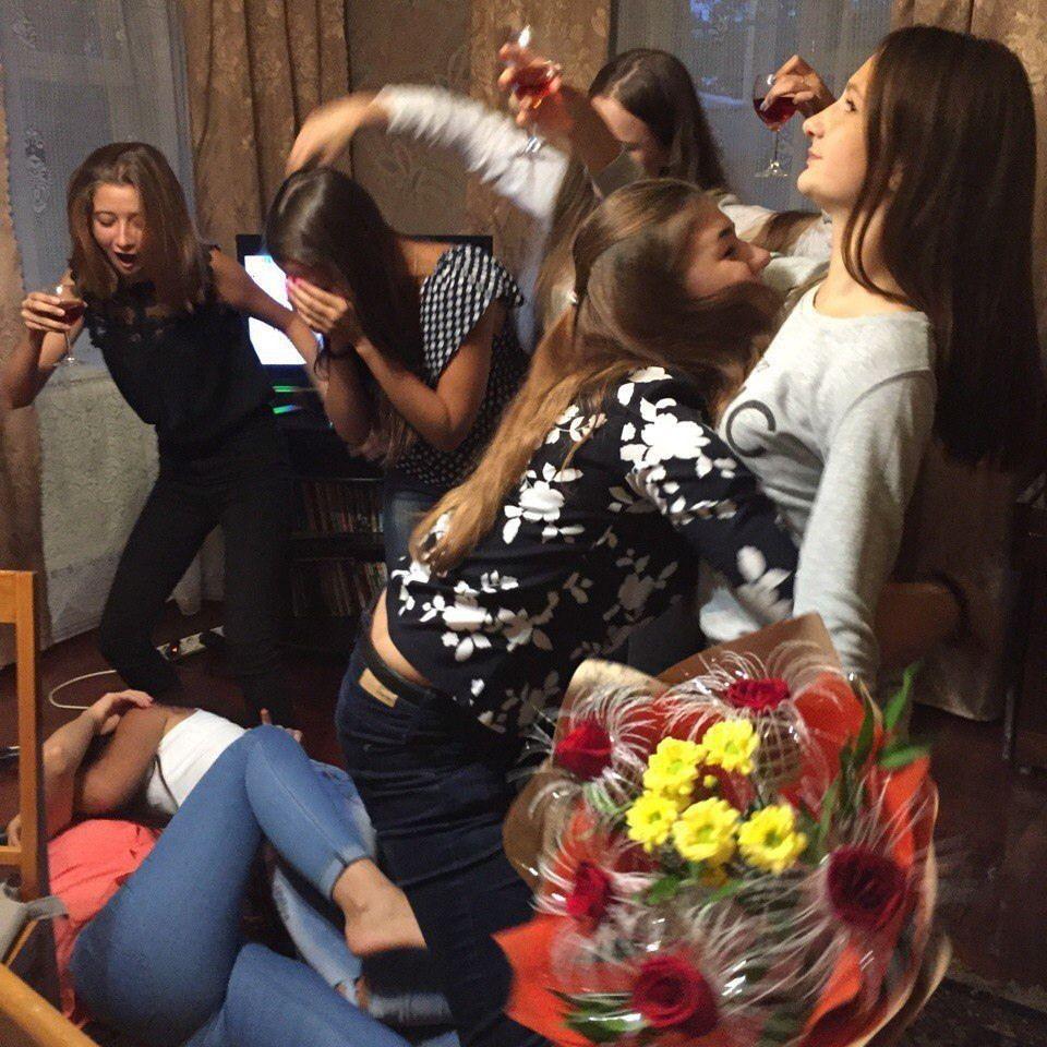 После вечеринки с девушкой пошли к друзьям, проиграли жен в карты порно