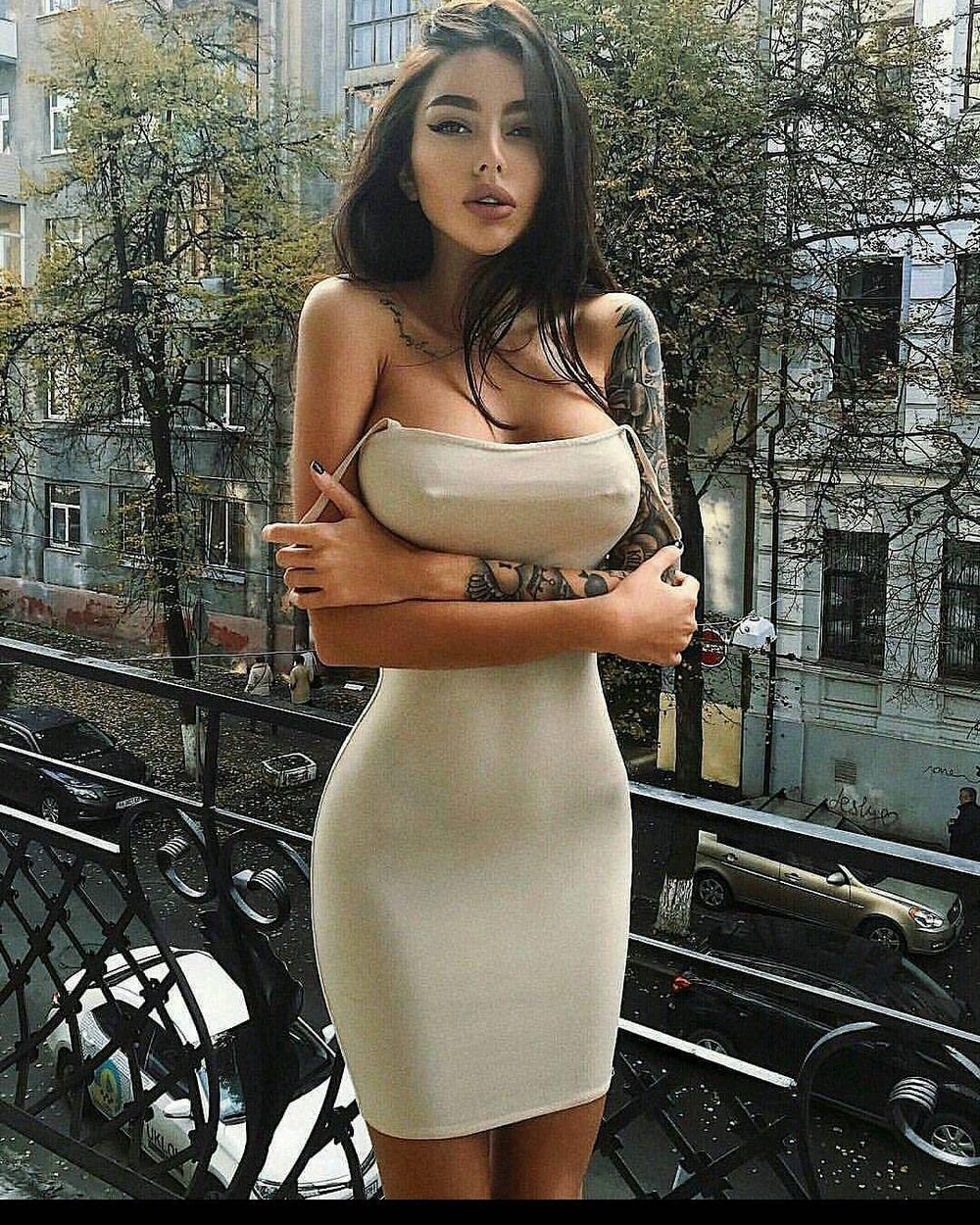 Красивая девушка в черном платье эротично раздевается, порно версии популярных фильмов смотреть онлайн