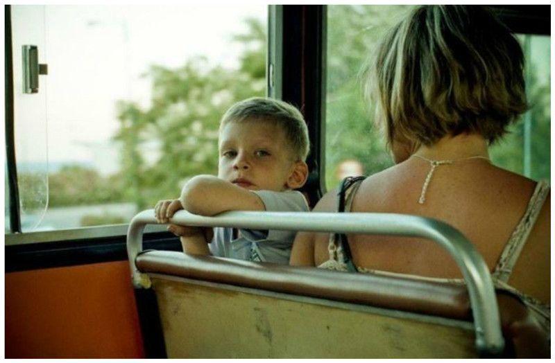 мама с дочкой в автобусе