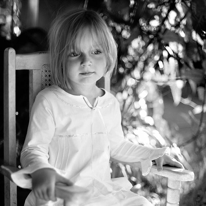Черно белая фотография девочки