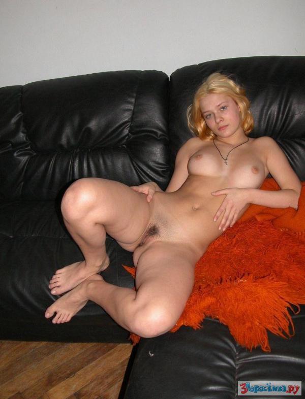 Порно фото широко раскинула ноги