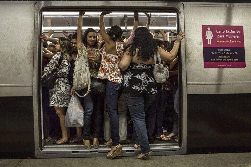Японские девушки пристают к мужчинам в вагоне