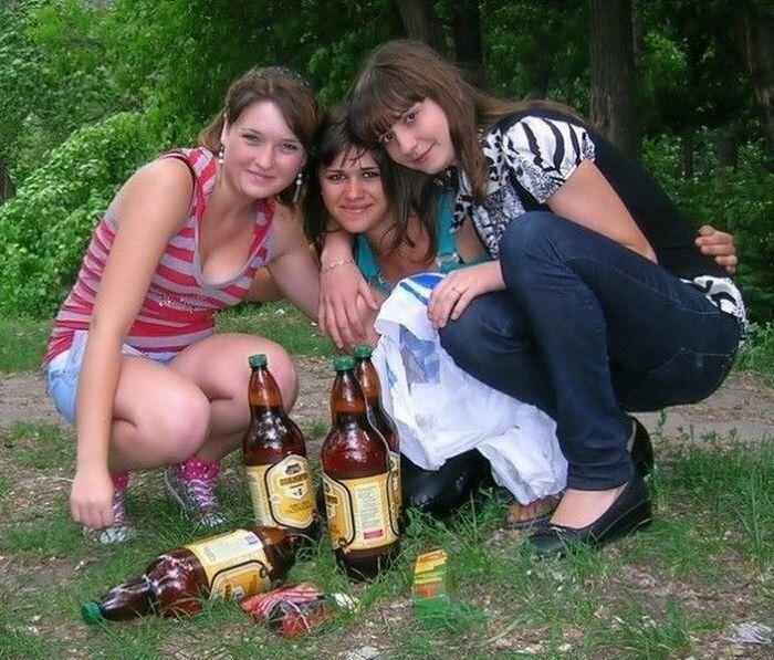 повернулся фото пьяных деревенских девушек маму колготках, этих