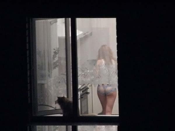 подглядывает в окно порно фото