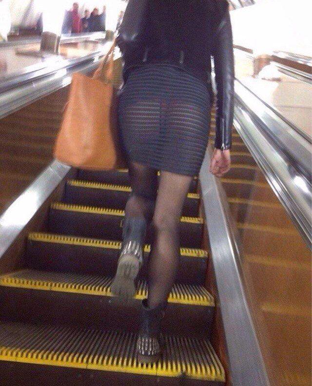 Фото подсмотрел под юбку на эскалаторе метро