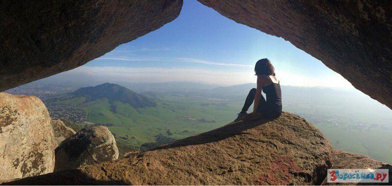 Парень фотографирует голую подружку у скалы  234604