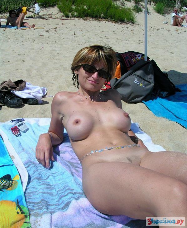 Жена на нудистском пляже