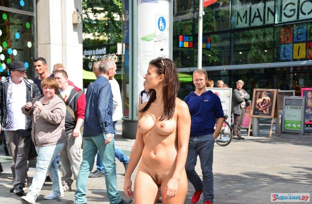 Порно видео голые в общественных местах