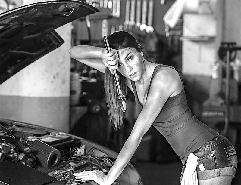 фото девушек за работой в гараже